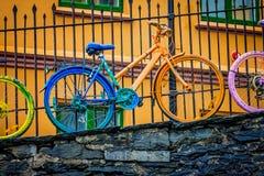 Bicicleta colorida do vintage em uma parede imagens de stock