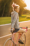 Bicicleta colorida, modificada para requisitos particulares y muchacha elegante con los dreadlocks fotos de archivo libres de regalías