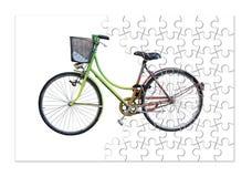 Bicicleta colorida velha no fundo branco - imagem do conceito na forma do enigma de serra de vaivém foto de stock