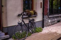 Bicicleta común en la ciudad imagenes de archivo