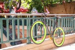 Bicicleta com as bordas verdes no corrimão imagem de stock