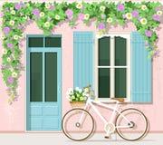 Bicicleta com as flores perto da casa do estilo de provence Fachada da construção do vintage Vetor ajustado: porta, janela, bicic ilustração stock