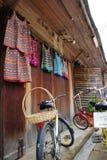 Bicicleta com fundo de madeira Imagem de Stock