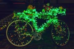 Bicicleta com iluminação brilhantemente verde foto de stock