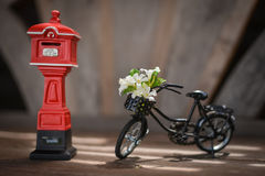Bicicleta com modelo do postbox Imagem de Stock Royalty Free