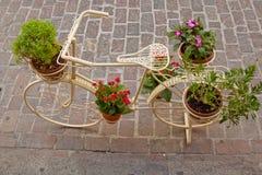 Bicicleta como soporte de flor fotografía de archivo