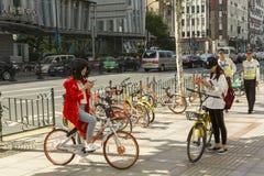 Bicicleta-compartiendo en Shangai, China Imagen de archivo libre de regalías