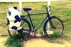 Bicicleta con el envase de acero de la leche Imágenes de archivo libres de regalías