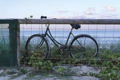 Bicicleta con el fondo del mar Fotos de archivo libres de regalías