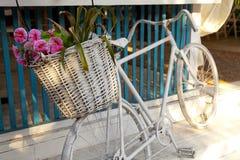 Bicicleta con la cesta de flores Imagen de archivo libre de regalías