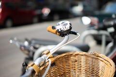 Bicicleta con la cesta de mimbre Fotos de archivo libres de regalías