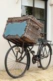 Bicicleta con la cesta y la pizarra Fotografía de archivo libre de regalías