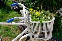 Bicicleta con la decoración de las flores Imágenes de archivo libres de regalías