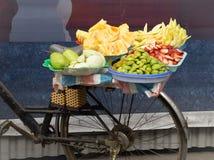 Bicicleta con la fruta Fotos de archivo