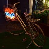 Bicicleta con la lámpara en la cesta Imagen de archivo