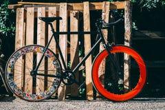 Bicicleta con la rueda trasera con las etiquetas engomadas foto de archivo libre de regalías