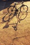 Bicicleta con la sombra fotografía de archivo libre de regalías