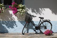 Bicicleta con las flores Imagen de archivo libre de regalías
