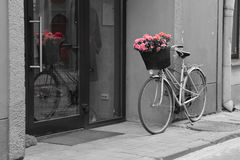 Bicicleta con las flores Fotografía de archivo libre de regalías