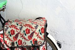 Bicicleta con las flores foto de archivo