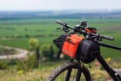 Bicicleta con los bolsos anaranjados para el viaje Imagen de archivo