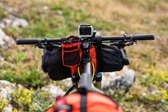 Bicicleta con los bolsos anaranjados para el viaje Fotos de archivo