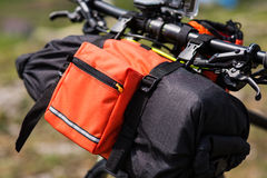 Bicicleta con los bolsos anaranjados para el viaje Fotografía de archivo libre de regalías