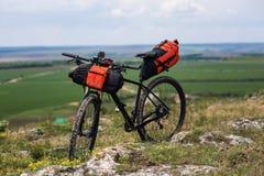 Bicicleta con los bolsos anaranjados para el viaje Foto de archivo