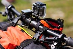 Bicicleta con los bolsos anaranjados para el viaje Imagenes de archivo