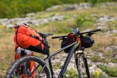 Bicicleta con los bolsos anaranjados para el viaje Fotografía de archivo