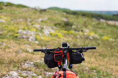 Bicicleta con los bolsos anaranjados para el viaje Imagen de archivo libre de regalías