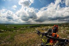 Bicicleta con los bolsos anaranjados para el viaje Foto de archivo libre de regalías