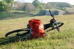 Bicicleta con los bolsos anaranjados para el viaje Imágenes de archivo libres de regalías