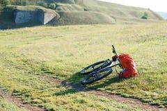 Bicicleta con los bolsos anaranjados para el viaje Fotos de archivo libres de regalías