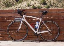Bicicleta contra a parede de tijolo Foto de Stock Royalty Free
