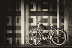 Bicicleta contra una pared Imágenes de archivo libres de regalías