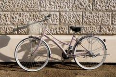 Bicicleta cor-de-rosa Fotografia de Stock Royalty Free