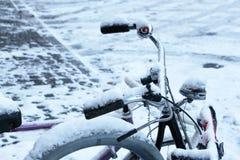 Bicicleta cubierta con la nieve congelada, invierno frío Fotos de archivo