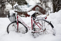 Bicicleta cubierta con nieve Fotos de archivo libres de regalías