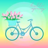 A bicicleta da cidade com a cesta das tulipas encontra a mola Fotografia de Stock Royalty Free