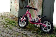 Bicicleta da criança na cidade Fotos de Stock