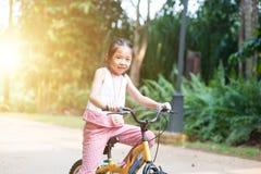 Bicicleta da equitação da criança exterior imagens de stock royalty free