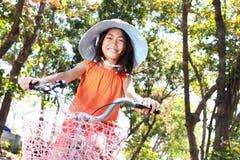 Bicicleta da equitação da menina ao ar livre imagens de stock