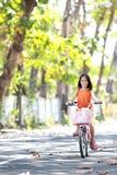 Bicicleta da equitação da menina ao ar livre imagem de stock