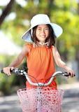 Bicicleta da equitação da menina ao ar livre fotos de stock