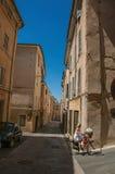 Bicicleta da equitação da mulher nas aleias de Aix-en-Provence Foto de Stock Royalty Free