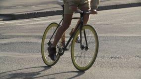 Bicicleta da equitação do homem do ciclista na rua vazia Close-up Transporte urbano ecol?gico filme