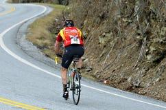 Bicicleta da equitação do homem em Moutains Imagem de Stock Royalty Free
