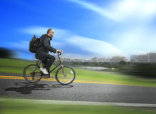 Bicicleta da equitação do homem a trabalhar Imagem de Stock