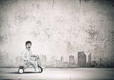 Bicicleta da equitação do menino Fotos de Stock
